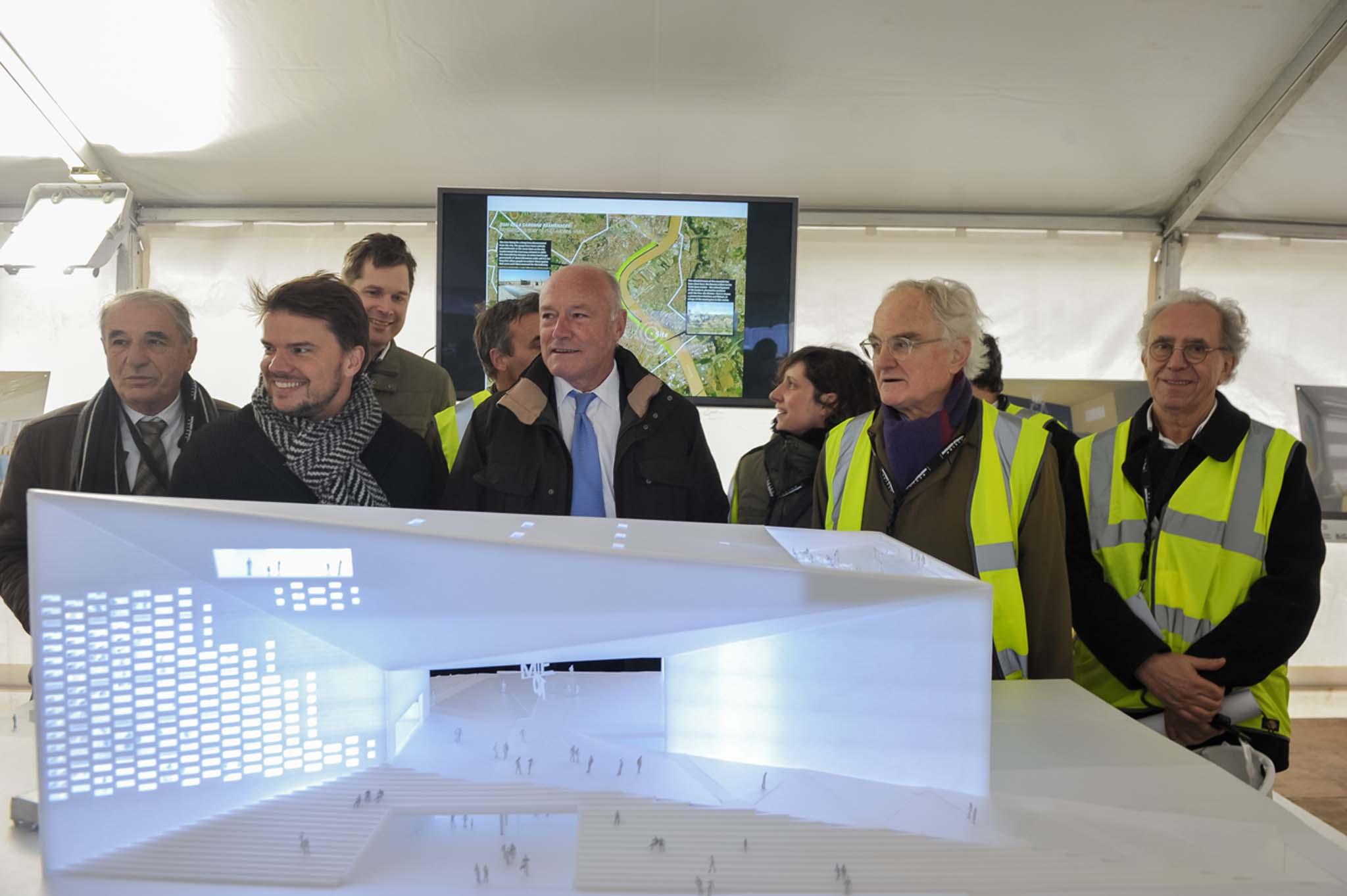 Devant la maquette de la Méca, Alain Rousset, président de Nouvelle-Aquitane, entouré à sa gauche par Bjarke Ingels, architecte de la Méca, et à sa droite par Bernard de Montferrand, président du Frac Aquitaine. Photo DR
